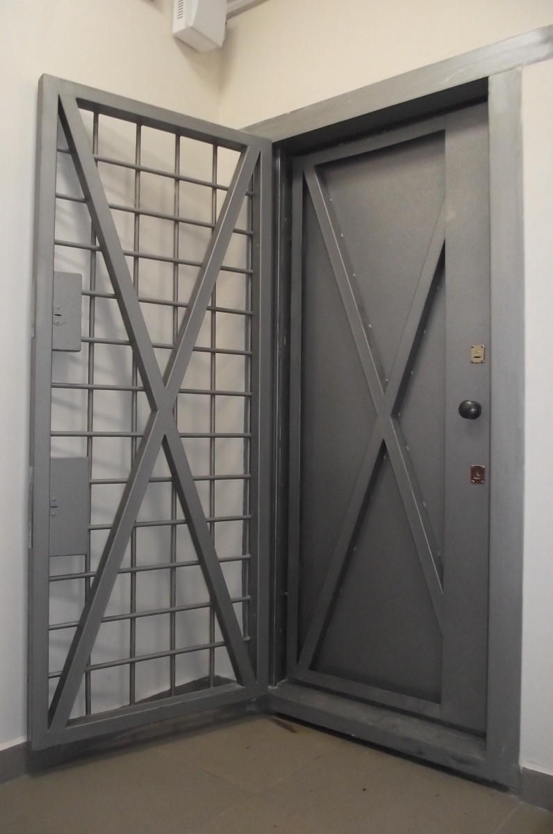 защитная система дверей